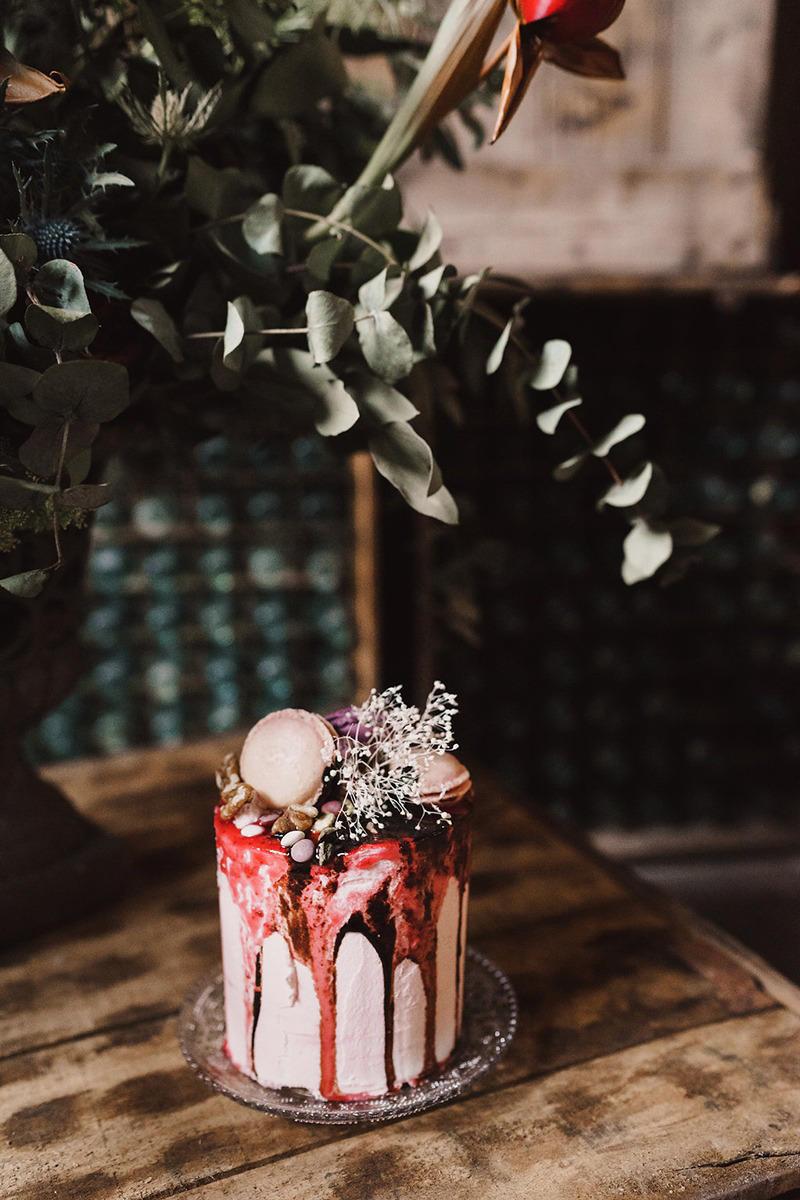 Autumn wedding cake styling